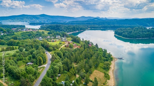 Widok z lotu ptaka na piękne jezioro Solina w polskich Bieszczadach.