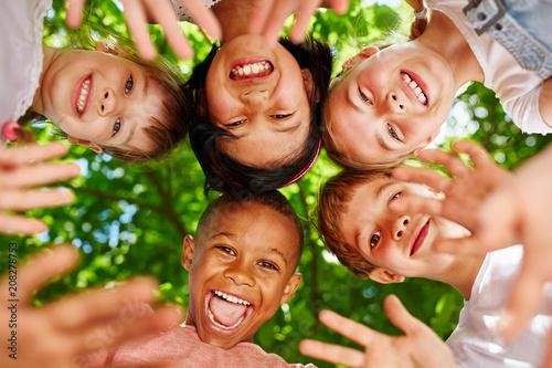 Fotografija  Kinder als Freunde bilden einen Kreis