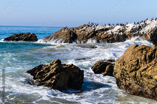 Photo  Wave breaking on rocky coastline as it surges towards shore in Leo Carrillo State Park near Malibu, California