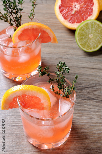 Fotobehang Cocktail This Grapefruit and Thyme Bourbon