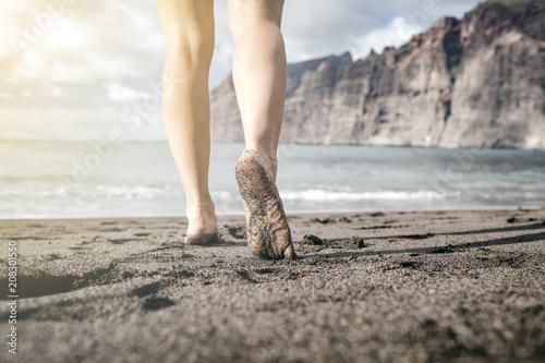Fotografía Woman barefoot walking on a beach, summer inspiration