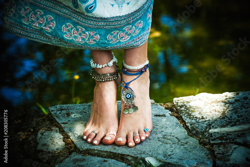 Photo  woman barefoot boho summer fashion style jewelry