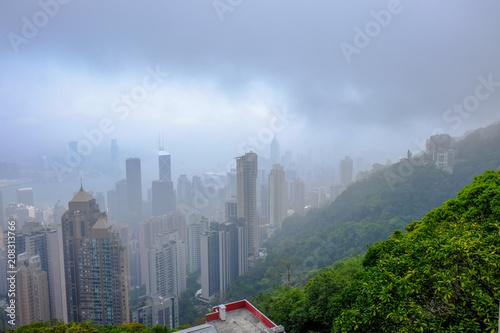 Plakat Patrząc w dół na port w Hongkongu od szczytu w mglisty poranek 5