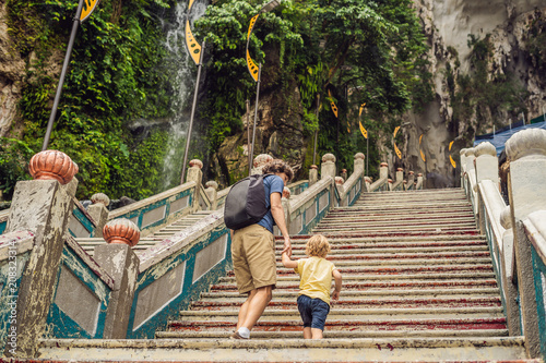 Photo  Father and son in the background of Batu Caves, near Kuala Lumpur, Malaysia