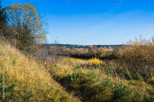 Spoed Foto op Canvas Natuur Bridge over the river and the autumn nature around