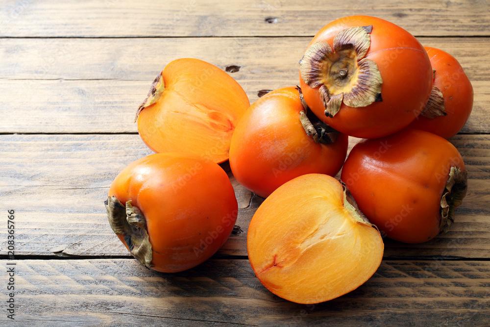 frutta di stagione cachi freschi su tavolo rustico