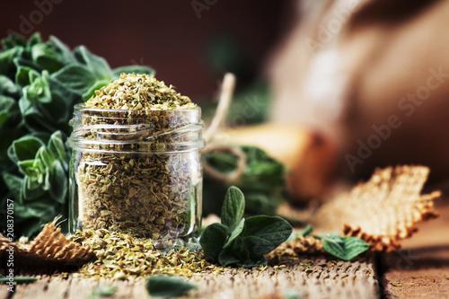 Foto auf AluDibond Aromastoffe Dried and fresh oregano, vintage wood background, rustic style, selective focus
