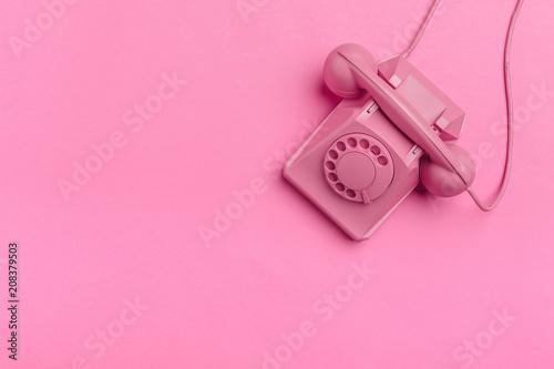 Fotografia  vintage phone on color background