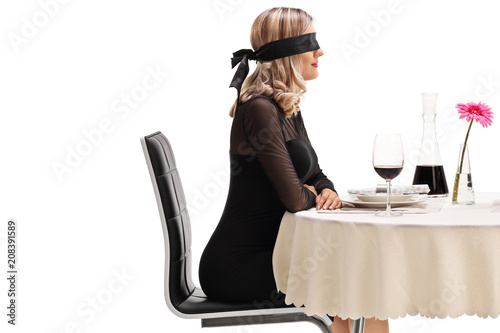 Photo Young woman wearing a blindfold sitting at a restaurant table