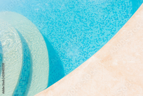 Photo Clear blue water in the pool