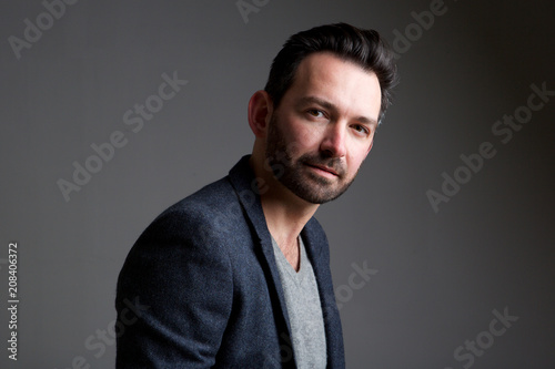 Fotografía  older male fashion model posing against gray background