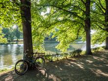 Grünanlage In Leipzig Mit Blick Auf Die Weiße Elster