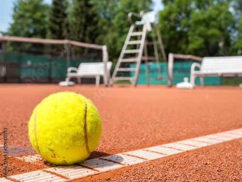 Tennisplatz mit Tennisball auf der Linie