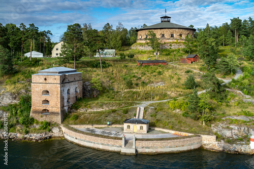 historyczny-fortecy-i-straznika-wierza-na-wyspie-w-archipelagu-z-sztokholm-sz