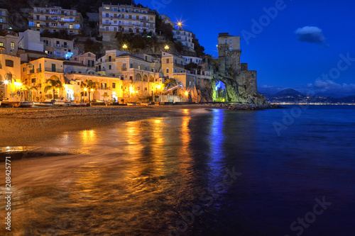 Fotografia  Panorama notturno di Cetara, piccolo paese della costiera amalfitana, Italia