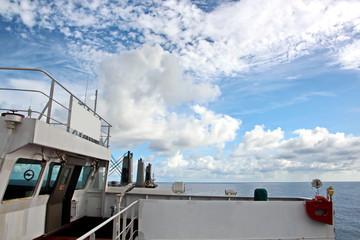 Мачта судна.конструкции и флаги на фоне голубого неба и облаков