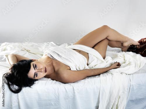 Foto  Joven mujer posando en su cama