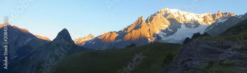 Fototapeta Alpy, Włochy, Tour du Mont Blanc - górska panorama przy schronisku Bertone obraz