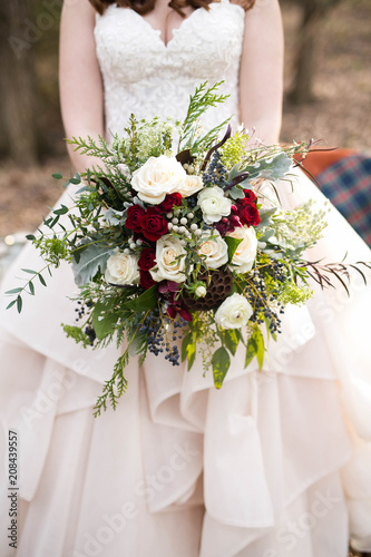 In de dag Bloemen Red and white wedding bouquet