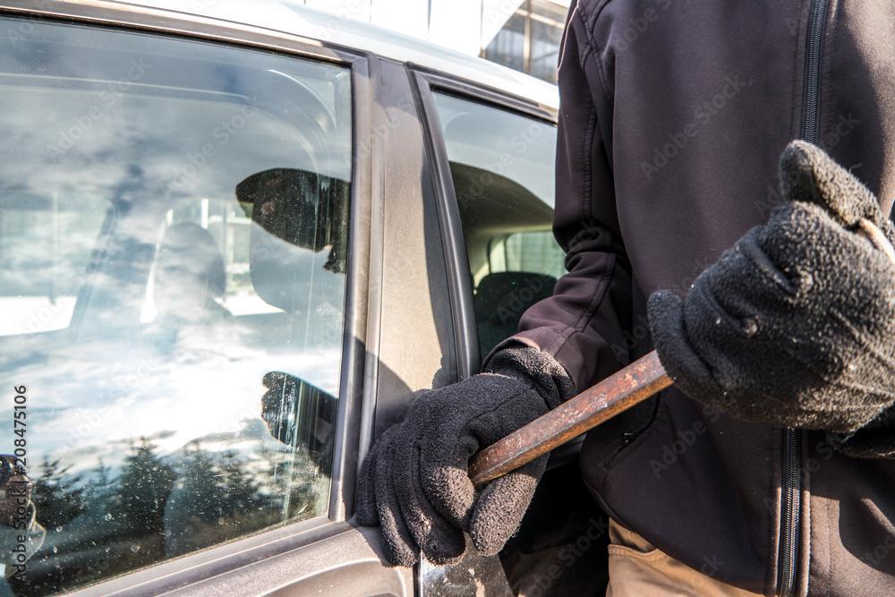 Fototapeta Verbrecher beim aufbrechen einer Autotür