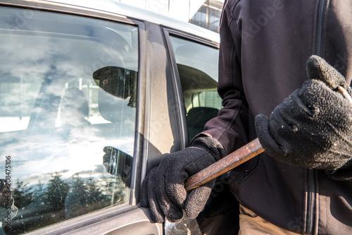 Valokuva Verbrecher beim aufbrechen einer Autotür
