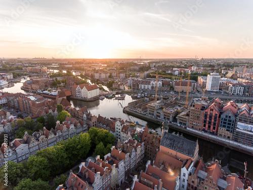Plakat Fotografia stary miasteczko Gdańska architektura w zmierzchu świetle. Zdjęcia lotnicze. Kanał i budynki - widok z góry