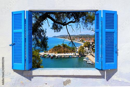 Naklejka premium Widok na morze przez tradycyjne greckie okno na wyspie Thassos