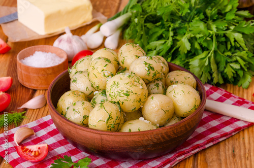 Fotografia Boiled young potatoes with butter, dill and garlic