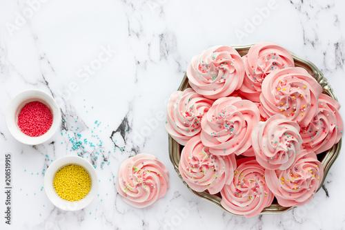 Fotografía  Homemade marshmallow, fluffy dessert zephyr, pink swirl meringue with colorful s
