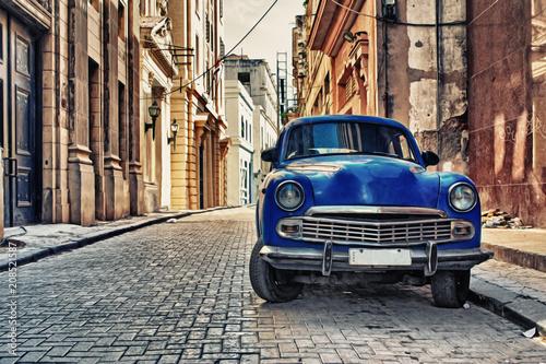 Poster de jardin Havana HAVANA, CUBA- JAN 20, 2017: Old american car parked in a street of Old Havana