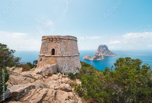 Torre des savinar e islotes de Es VEdrá y Es Vedranell, desde un acantilado en el parque natural de cala D´hort en Ibiza, España Wallpaper Mural