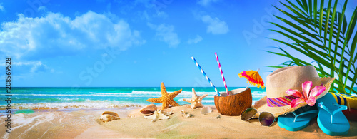 Fototapeta Straw hat and sunglasses on beach obraz