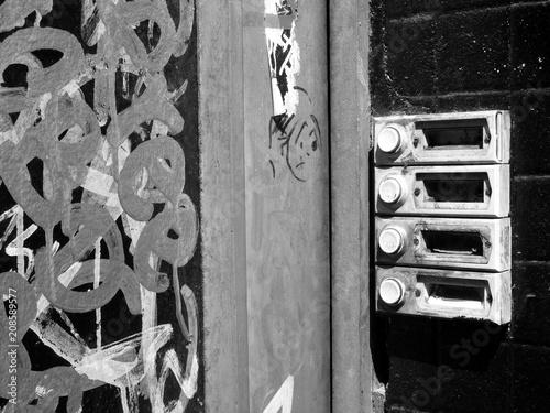Foto  Haustür mit Graffiti und vergammelter Klingel an einem leerstehenden Haus an der Reeperbahn in St