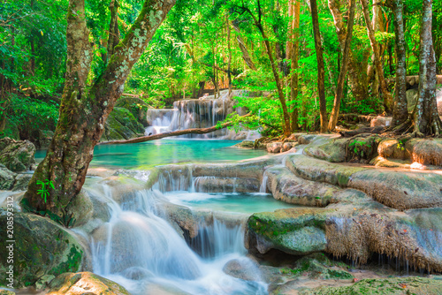 Montage in der Fensternische Wasserfalle Beautiful waterfall in tropical forest