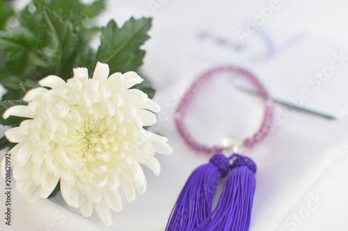 数珠と菊の花
