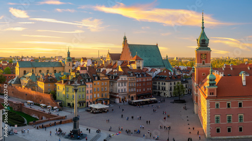 Photo Stands Historical buildings Warsaw, Royal castle and old town at sunset
