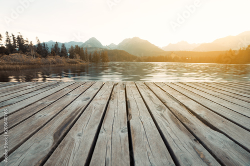 Foto auf AluDibond Dunkelgrau Alpine mountain lake sunny morning view. Strbske pleso, Slovakia