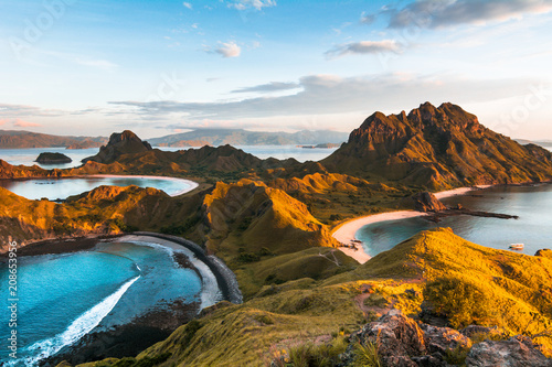 Foto  Top view of 'Padar Island' in a morning when sunrise shine through the hills, Ko