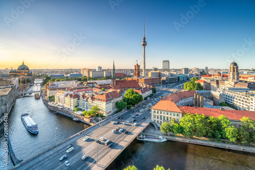 Foto auf Gartenposter Zentral-Europa Berlin Mitte mit Blick auf den Fernsehturm und das Nikolaiviertel