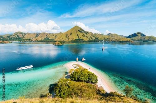 Foto  Top view of 'Kelor Island' in an afternoon before sunset with turquoise sea and