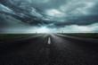 Unwetter über einer Landstraße
