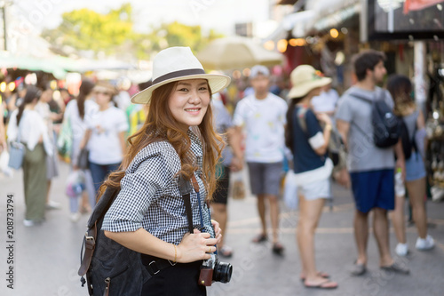 Foto  close up traveller young asian chinese woman standing at local market in Thailan