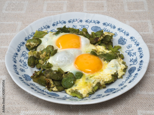 Frying broad beans with eggs