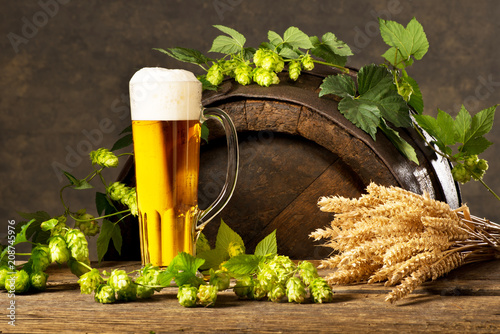 Papiers peints Biere, Cidre Still Life with Beer Glass, Hop Cones and Wheat