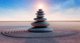 Fototapeta Kamienie - Steinturm mit Sonne
