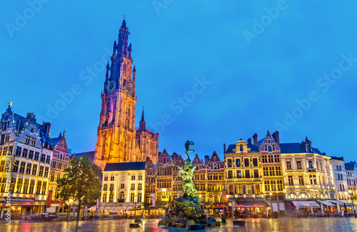 Foto auf AluDibond Antwerpen The Cathedral of Our Lady and the Silvius Brabo Fountain on the Grote Markt Square in Antwerp, Belgium