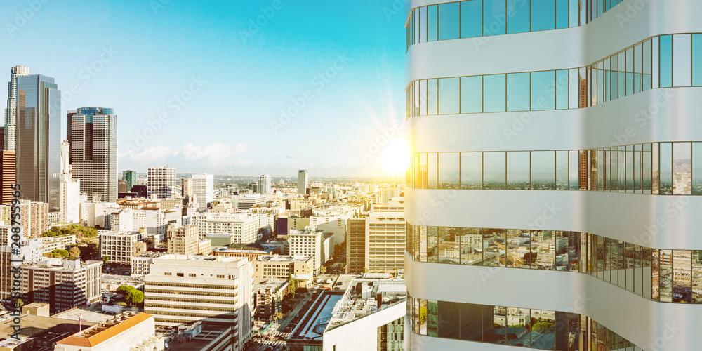 Sonne im Sommer an Hochhaus Turm in Los Angeles w salonie