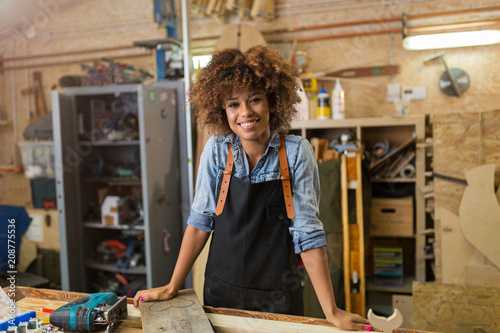 Fotomural  Afro american woman craftswoman working in her workshop