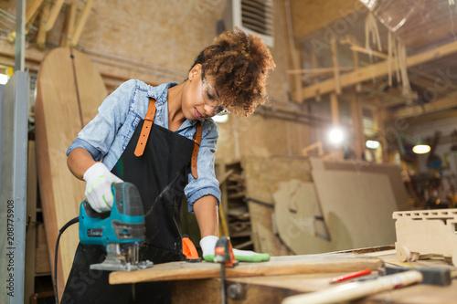 Pinturas sobre lienzo  Afro american woman craftswoman working in her workshop