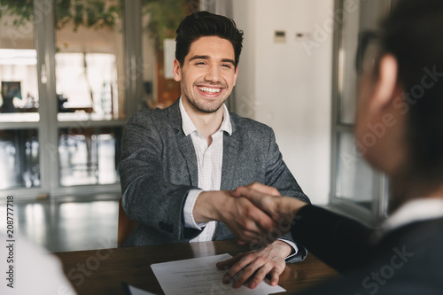Photo Business, career and placement concept - happy caucasian man 30s rejoicing and s